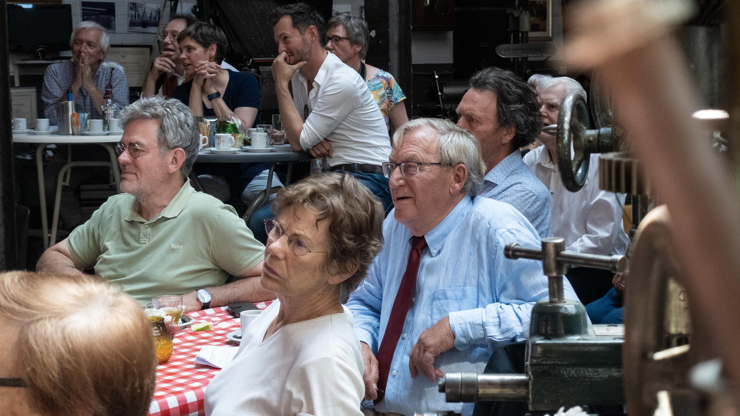 Geboeide bezoekers tijdens de tweede presentatie van 'Brabants Dorpsleven' in Museum SIEMEI te Veghel