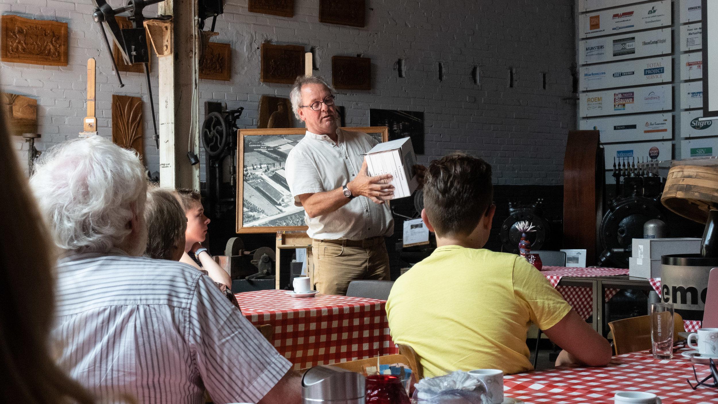 Secretaris Nard Jansen toont het prototype van boekencassette