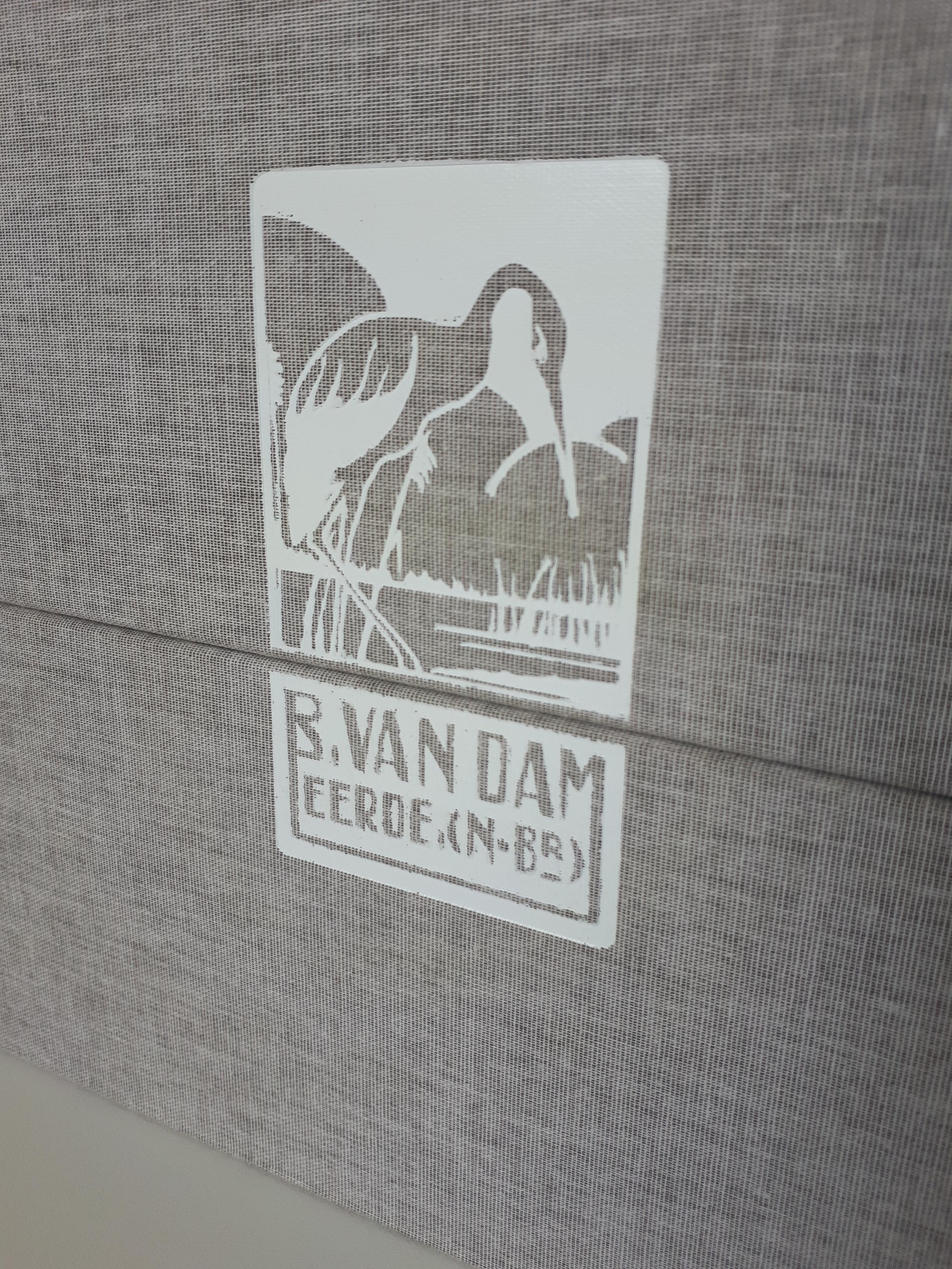 07 Box dubbel rug met logo.jpg