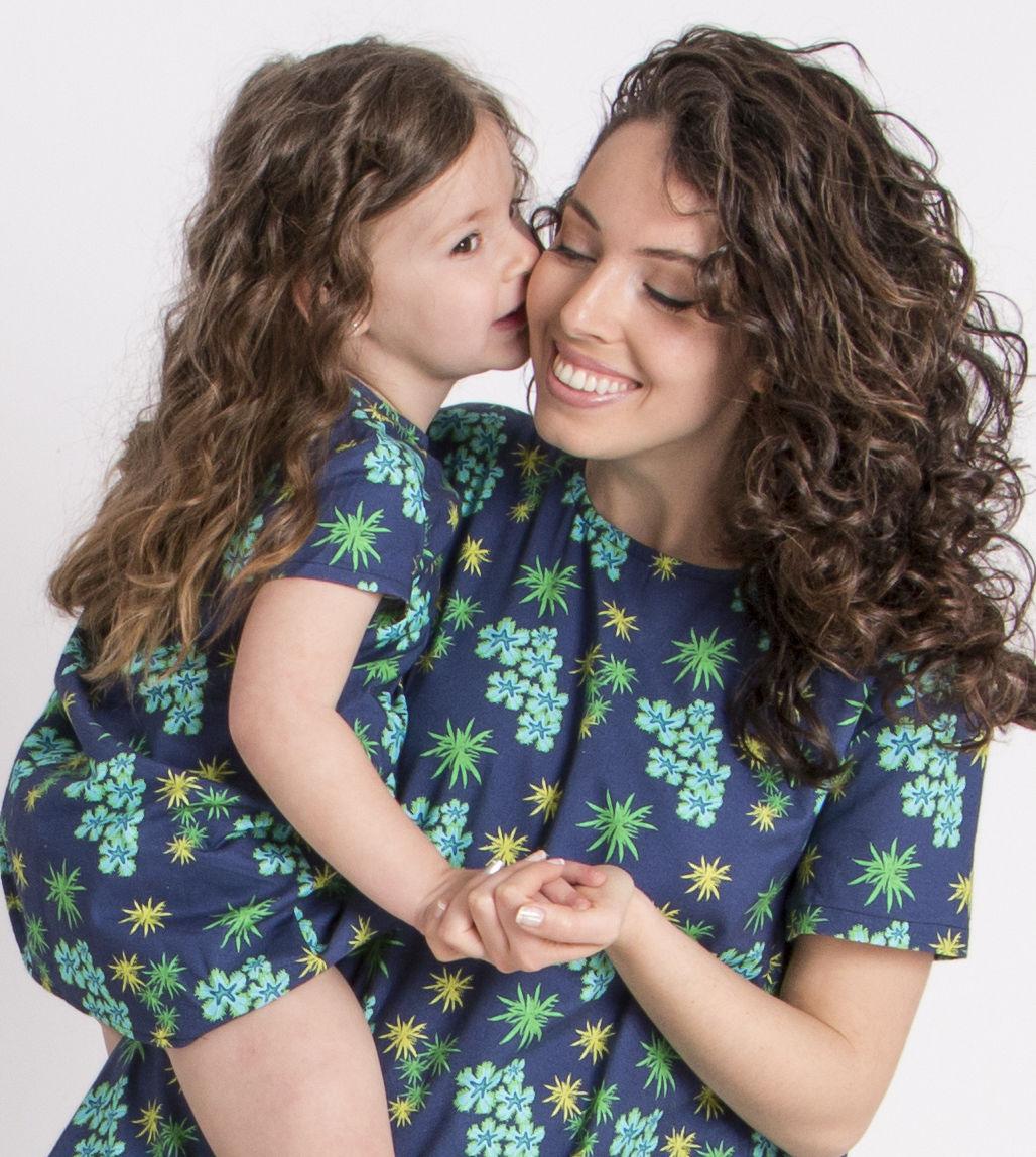 madre e hija iguales_vestido_anemonas_beso.jpg