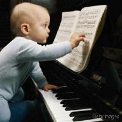 Jiggered-Ceilidh-Band-baby-on-piano.jpg