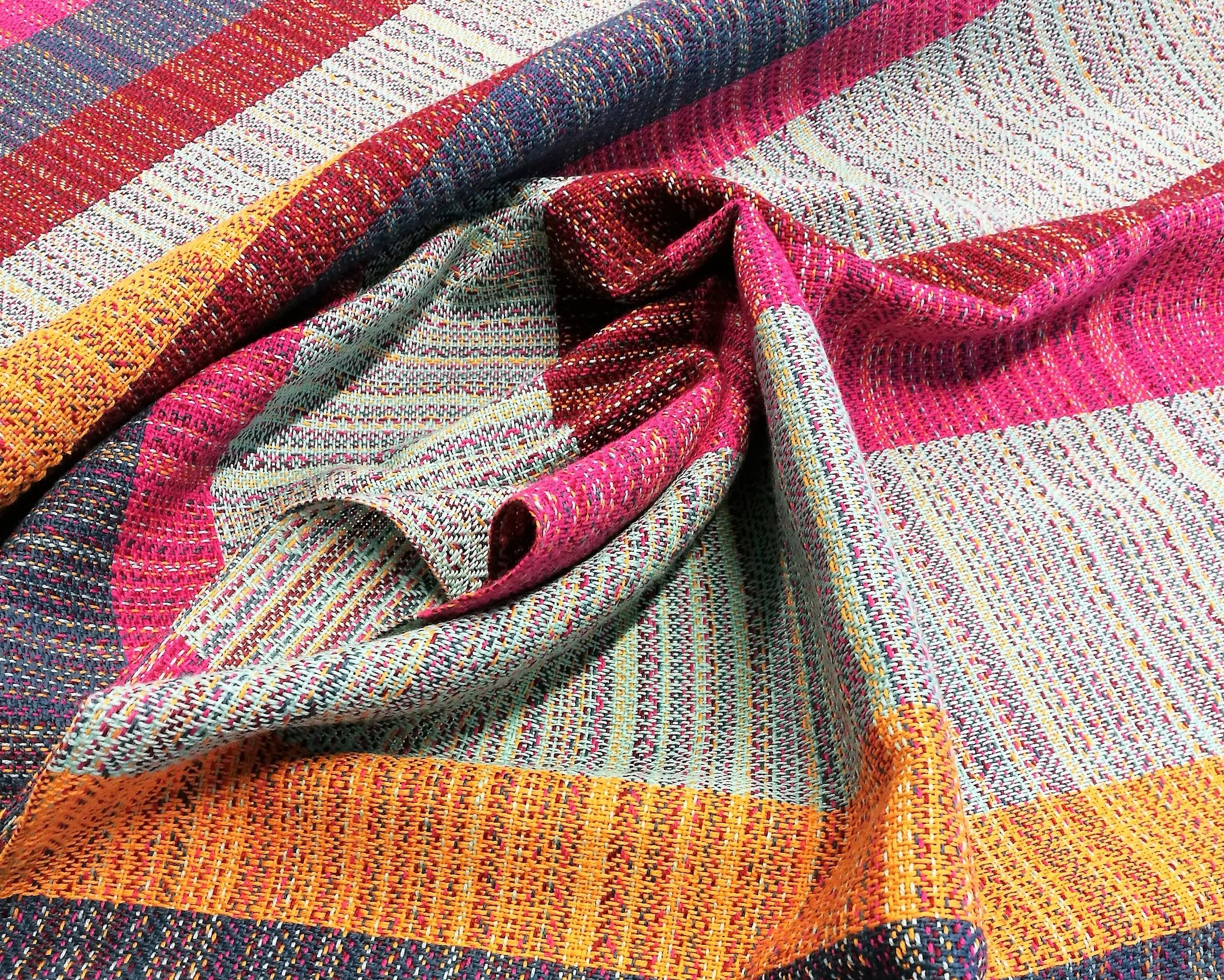 Tähän kantoliinakankaaseen on kudottu erilevyisiä raitoja loimen väreillä.