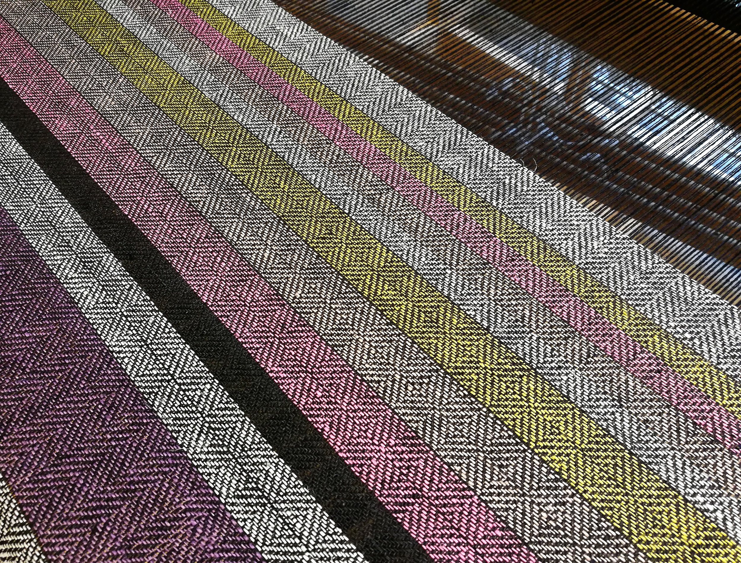 The black warp will bring out beautifully both neutral and vibrant colours.