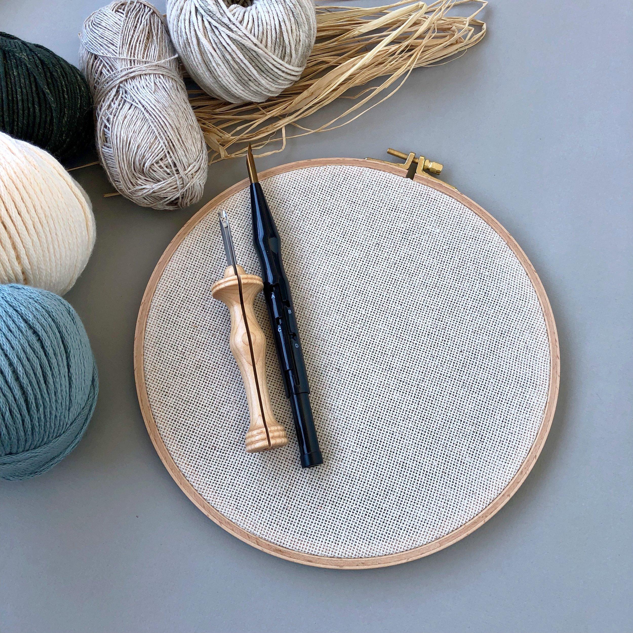 Kurssilla tehdään punch needle -työ kirjontakehykseen. Voit valita, kumman neulan haluat.