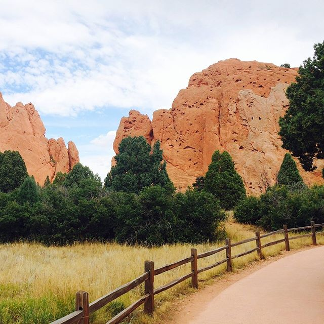 Easy and accessible trails at Garden of the Gods park in Colorado Springs. 👍🏼 . . This week was all about the Garden of the Gods! Check out the blog to learn more (link in bio) . . .  #southwestrocks #southwest #redrocks #rockylandscape #rockylandscapes #diverselandscape #travelideas #travelamerica #roadtrip #roadtripusa #explorecolorado #landscapephotography #americanlandscape #traveldestination #destinationinspiration #travelinspiration #traveling