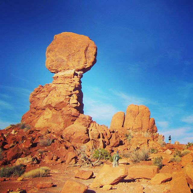 Balanced Rock! Even better in real life ✨ . . Learn more about Arches National Park on the blog (link in bio). . . . #archesnationalpark #arches #balancedrock #sandstone #nationalparks #moab #moabutah #moabrocks #nationalpark #nationalparksusa #archesnationalpark #hiking #hikingadventures #sightseeing #roadtrip #roadtripusa #travelusa #travelideas #traveltheworld #utahtravels #utahunique #utahrocks #naturalutah #naturelover #wonderful_places #naturephotos #landscapephotography #landscape_love