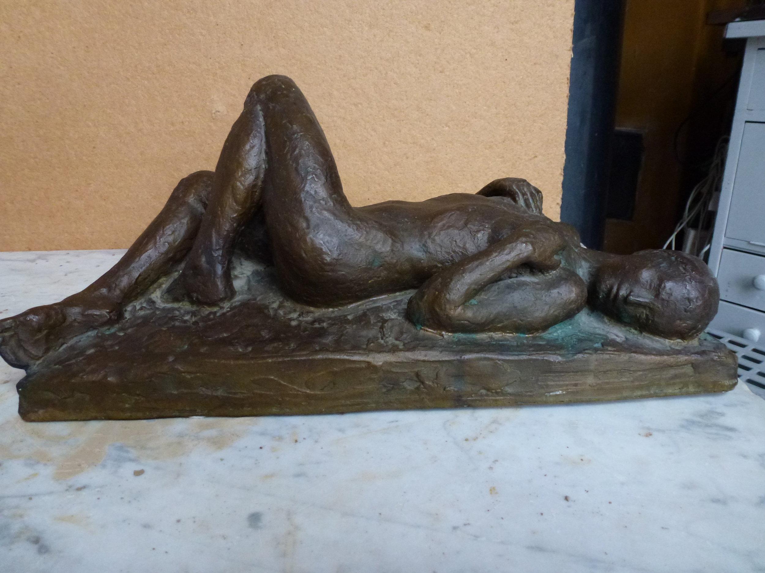 Liggende bronzefigur kr. 20.000