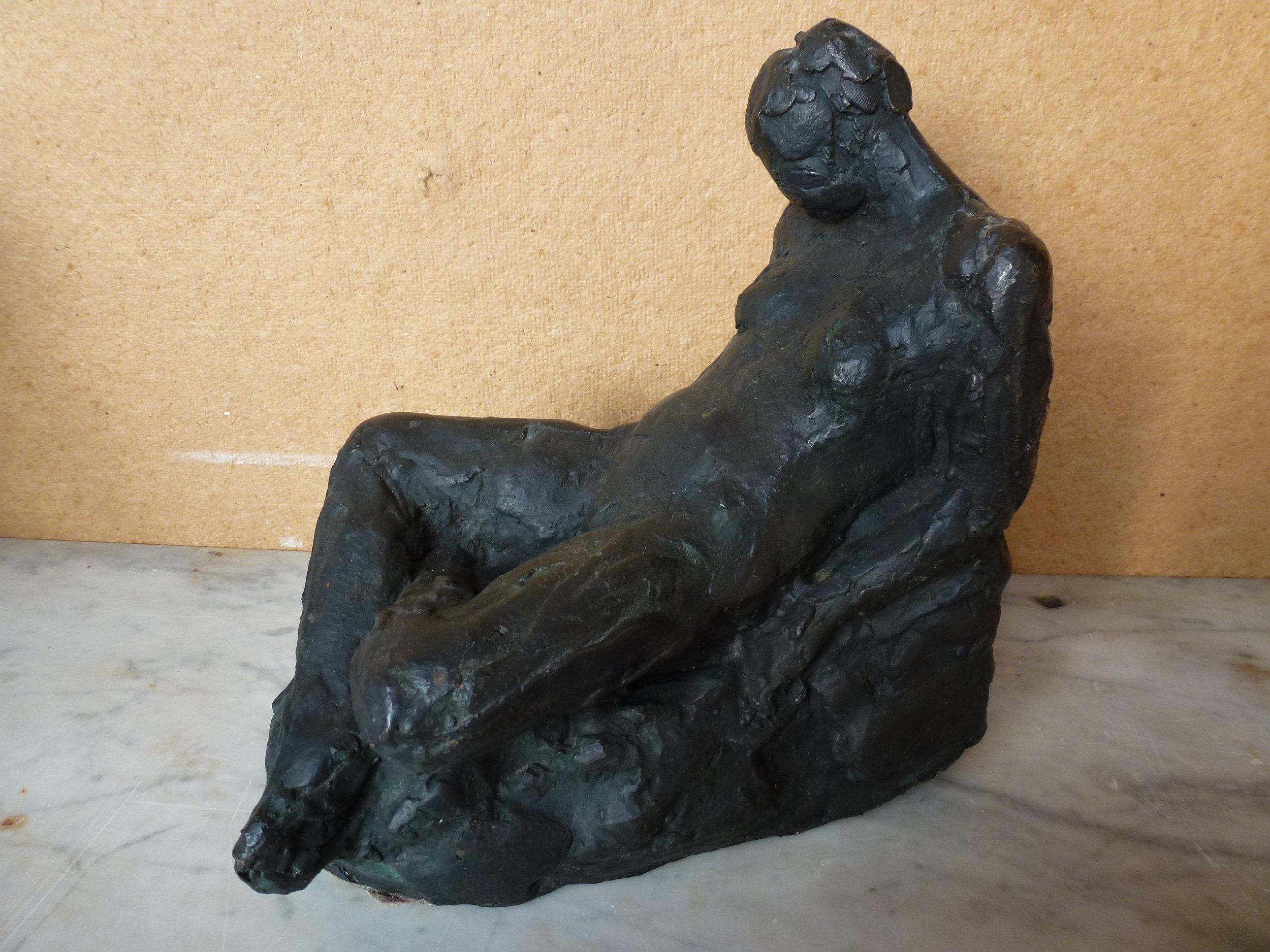 Siddende Bronzefigur kr. 9.500