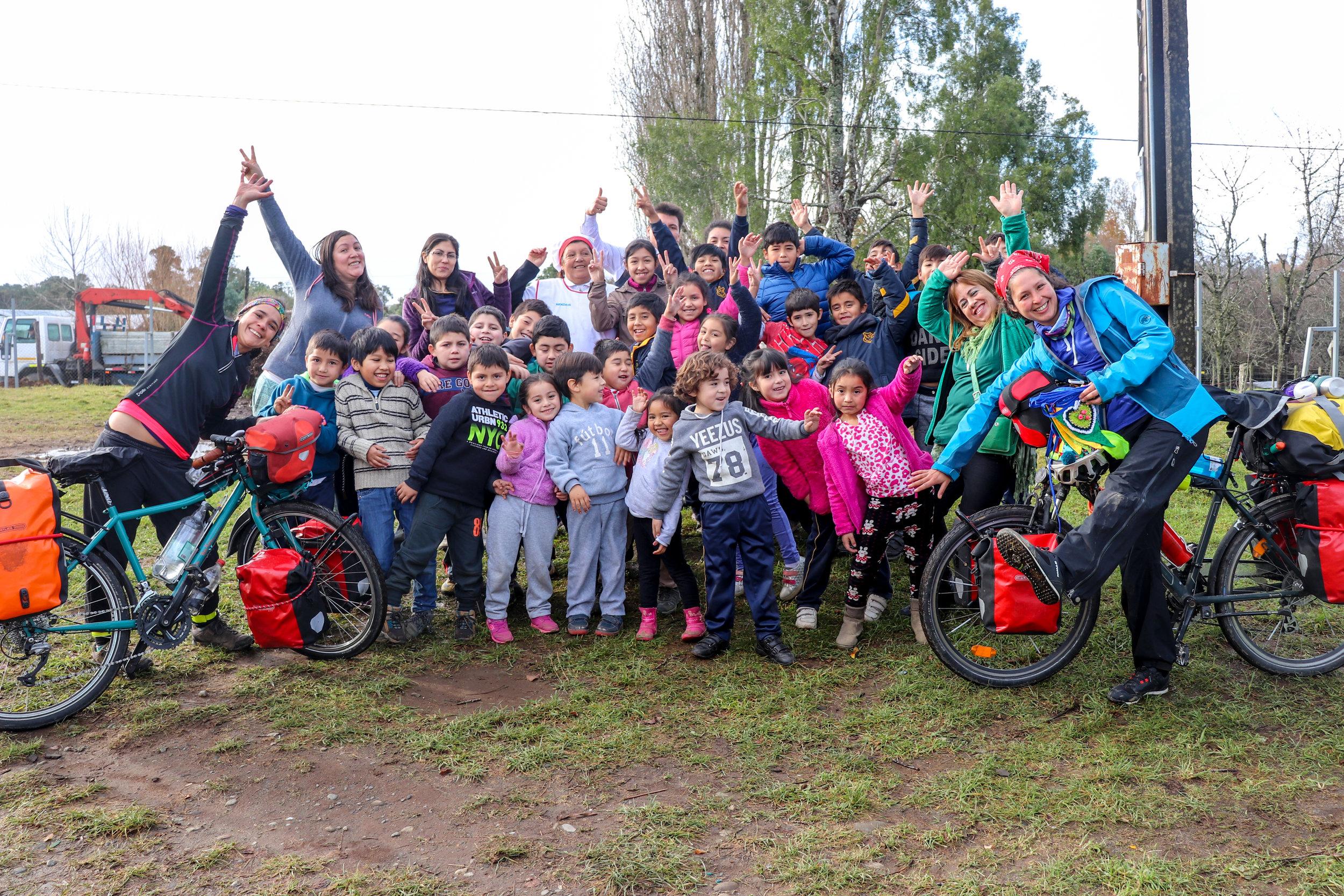 Dona un encuentro de cuentacuentos y juegos en una escuela rural, JJVV o plaza de una comunidad -