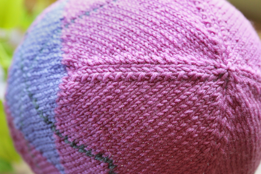 Two options on crown decreases: here with a central stitch in decrease ridges
