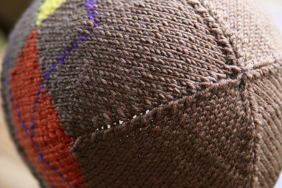 Two options on crown decreases: here without a central stitch in decrease ridges
