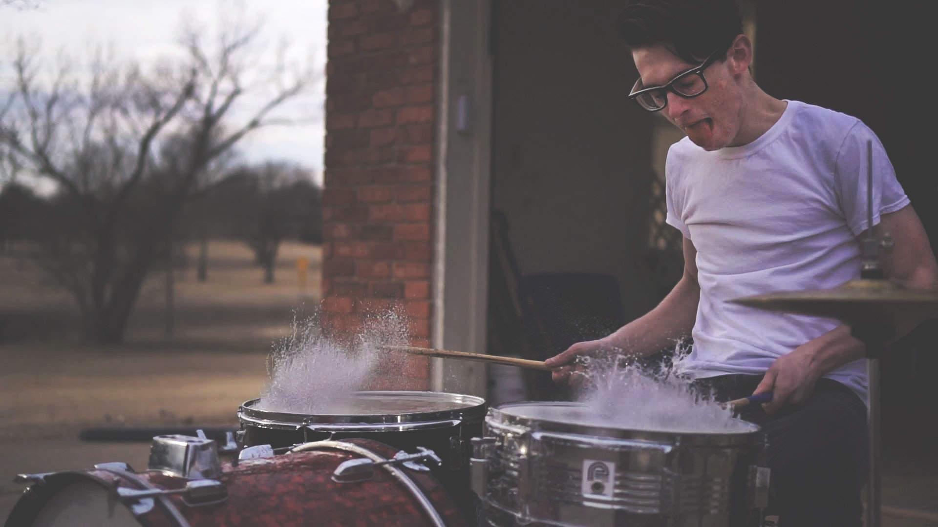 drummer-drums-drumsticks-141376.jpg