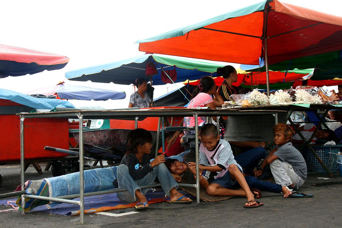 'Invisible children' hangen rond op oost-Maleisische markten - De gemoedelijk ogende markten aan de kust van Kota Kinabalu, de hoofdstad van de Maleisische deelstaat Sabah, herbergen een groot aantal straatkinderen. Het zijn illegale immigranten uit Indonesië en de Filipijnen, die niet alleen dak-, maar ook staatloos zijn. Dat betekent dat hun bestaan door geen enkel land wordt erkend. Ze zijn de 'invisible children' van de samenleving.