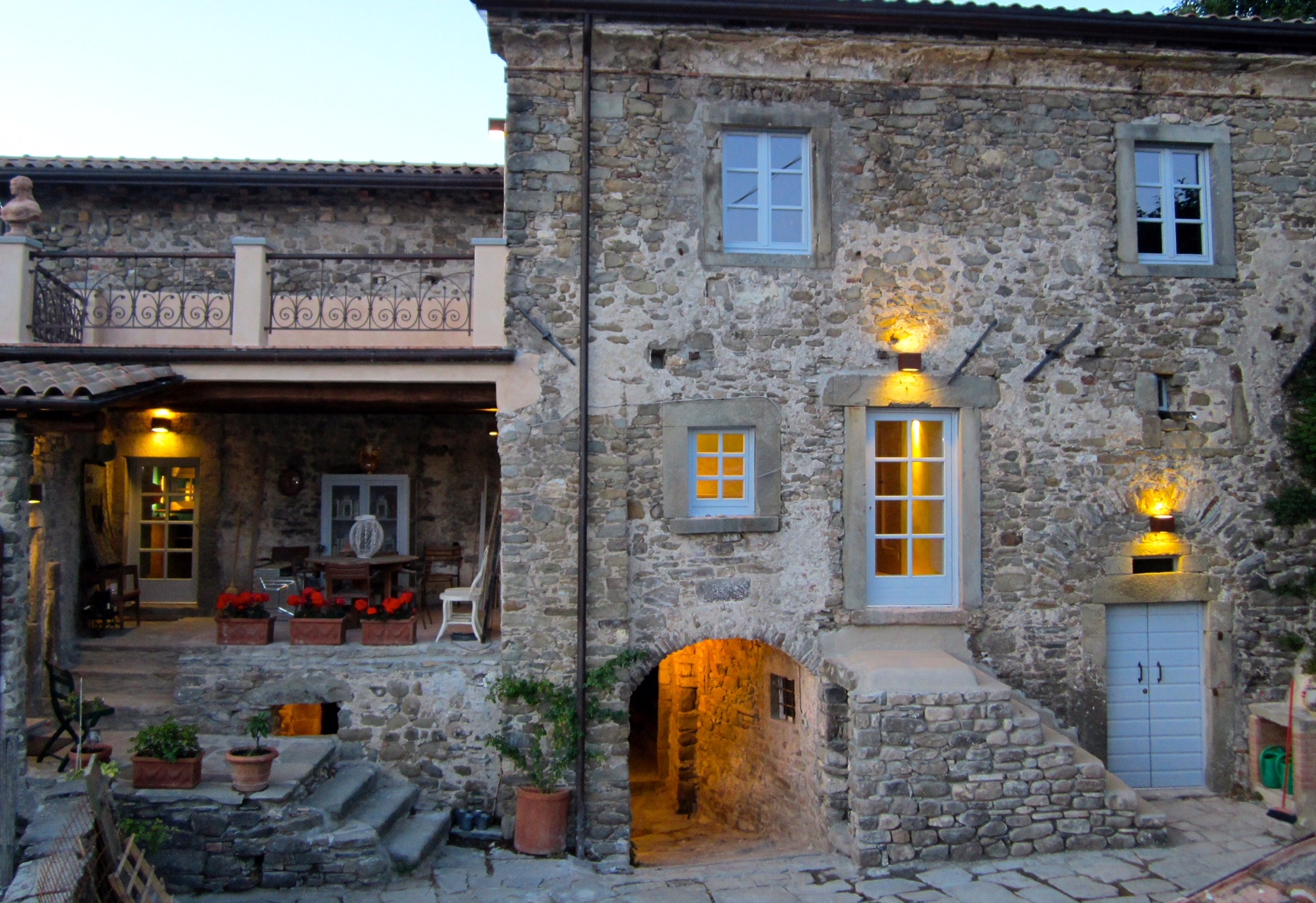 The main house of il Poggiolo from the courtyard at dusk.