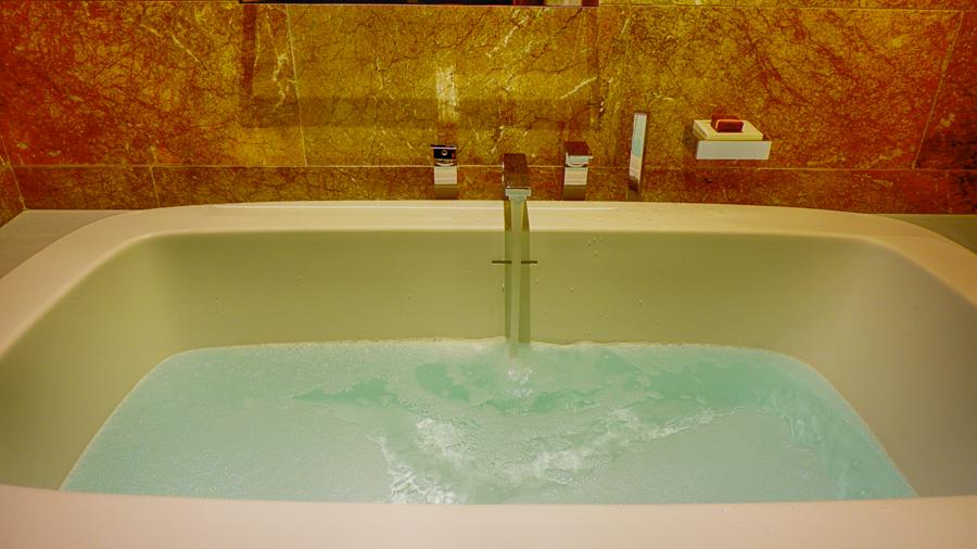 alrayyan-hotel-curio-hilton-bath-time.jpg