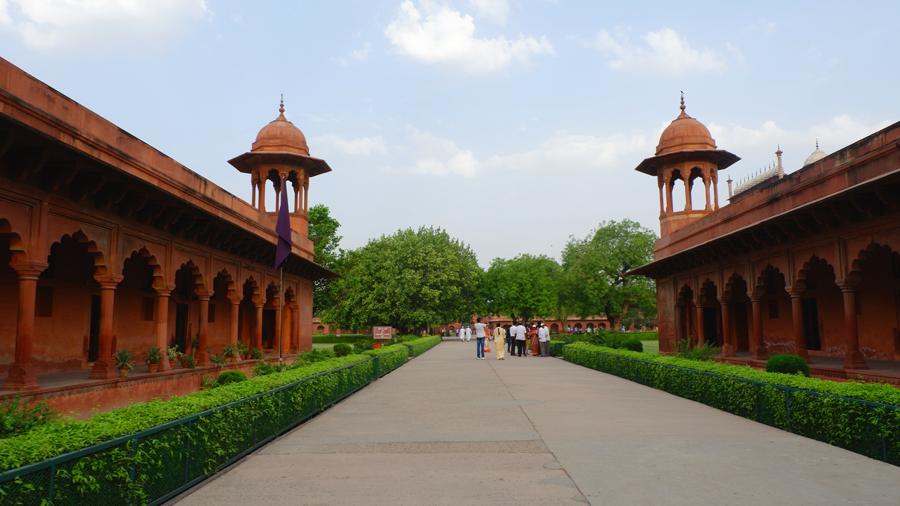 Taj-Mahal-Entrance.jpg