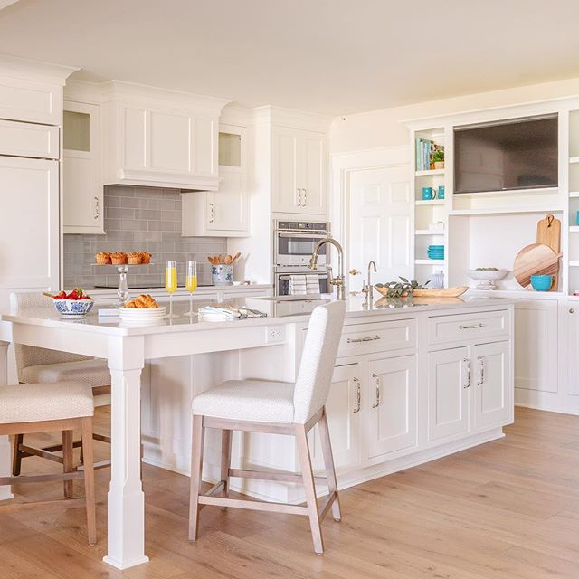A bright and airy kitchen transformation for a sweet client! We can't get over how this one turned out. Swipe right for the before pic! 😍 photo by @jessiepreza . . . . . #transformationtuesday #makeover #beforandafter #design #interiordesign #housegoals #homecrush #mysouthernliving #beachcondo #loveamelia #ameliaisland #florida #jaxigers #interiordesign #ggathome #theeverygirlathome #coastalliving