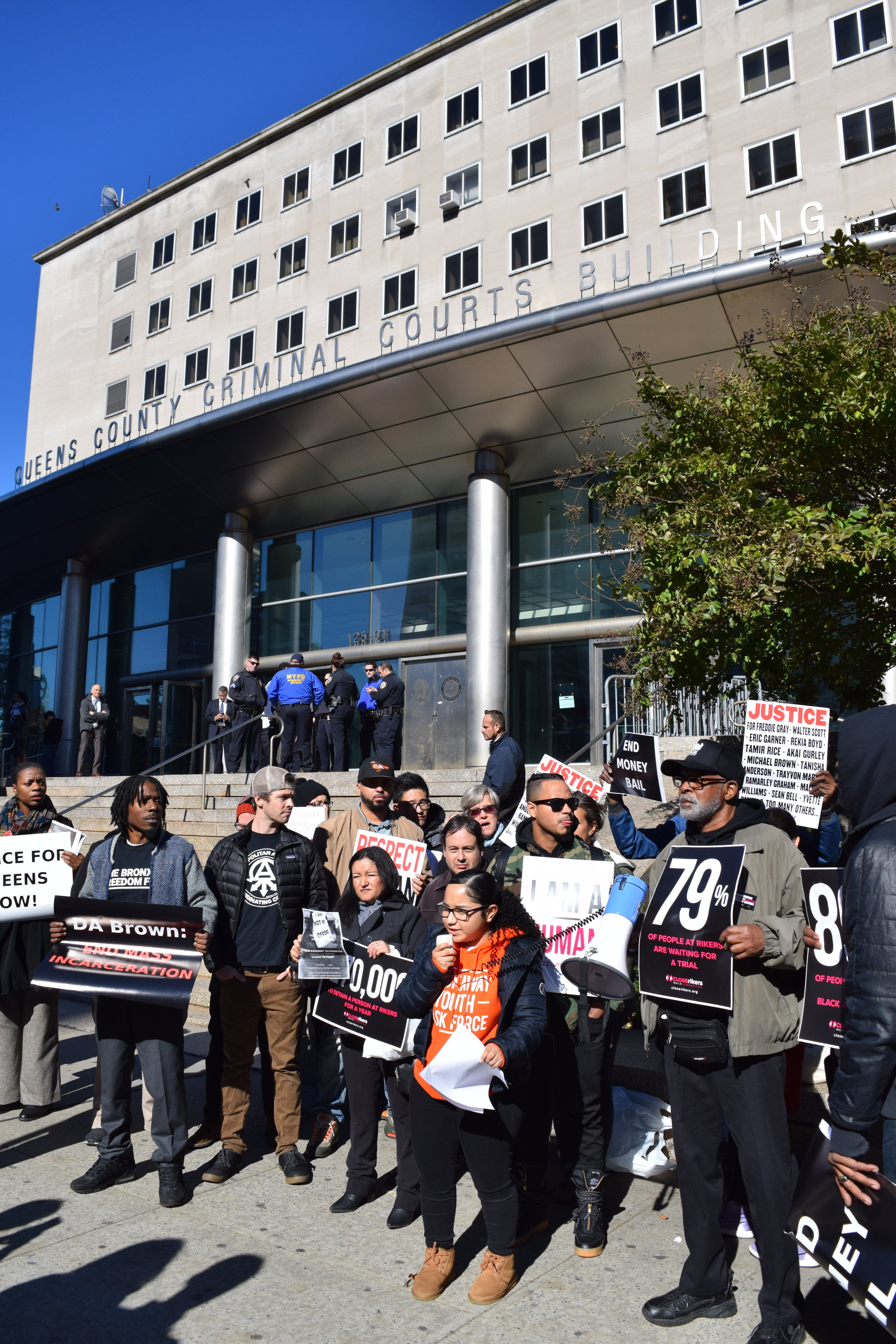 Demonstrators call on the Queens DA to end cash bail. // Eagle photo by Christina Carrega