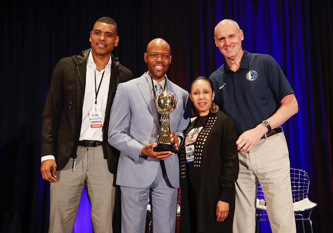 Coach Jason Curry (second from left) accepted his award at the Jr. NBA Youth Basketball Leadership Conference in Chicago. Former Knicks star Allan Houston (left) and Mavericks coach Rick Carlisle (right) joined Curry and his mom Yvonne (second from right). Photo courtesy of Jr. NBA.