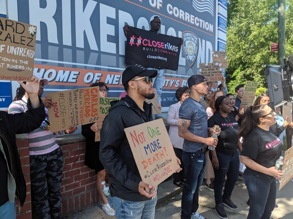 Close Rikers activist Vidal Guzman demonstrated at the entrance to Rikers Island Tuesday. Eagle photo by Phineas Rueckert.