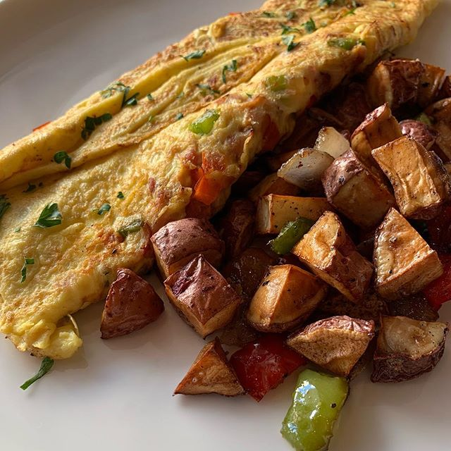 Talk about an omelette close up! 🤤 Come enjoy brunch with us until 3pm!