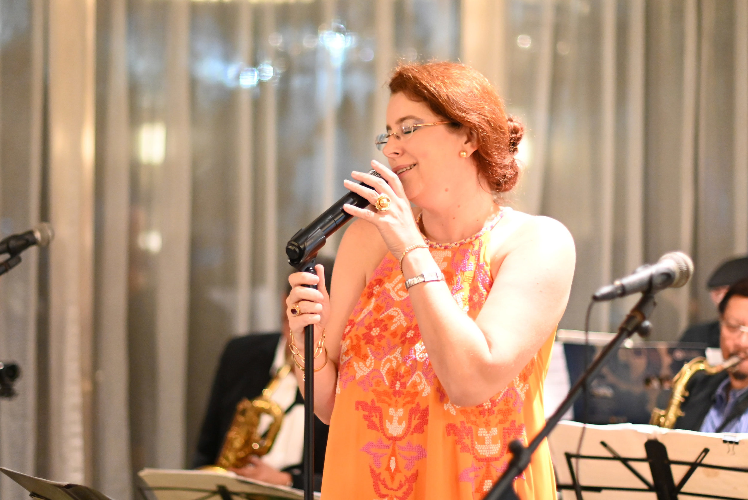 Consul Cécile Thoen sings with a jazz ensemble.