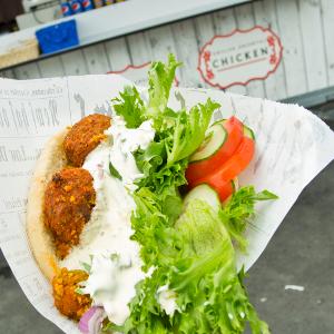 Street Pitas - Street Pitas on välimerellisiä makuja ja tuoreita raaka-aineita, nopeaa palvelua ja herkullista katuruokaa. Street Pitas sai alkunsa, kun päätimme että on aika tarjota tapahtumissakin raikasta, maukasta ja täyttävää katuruokaa. Siitä asti olemme kiertäneet ympäri Suomea, tarjoten aitoa katuruokaa – suoraan vaunusta! Street Pitas on tullut tunnetuksi artesaanileipomon pitoista, jotka täytämme pientuottajien lihoilla, tuoreilla kasviksilla, yrteillä ja itsetehdyillä kastikkeilla. Ruokaa rakkaudella, jo vuodesta 2015.