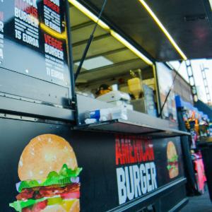 American Burger - Kantola GOES AMERICA! Tänä vuonna Kantolaan kurvaa American Burger Food Truck rokkaamaan ja kokkaamaan Metallican tahtiin reheviä burgereita. Street Food Truckimme haluaa tarjota nyt kesän parasta musiikkia kuunteleville suurimmat ja mahtavimmat Ameriikan herkut – siis kesän maistuvimmat burgerit! Mehevän briossin välistä löydät niin aidot naudanliha- kuin falafelpihvitkin, suussa sulavat juustot ja tuoreet kasvikset!