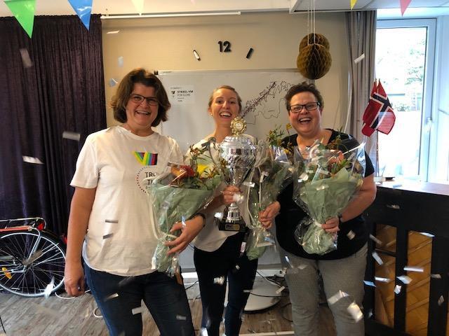FANTASTISK STØTTEAPPARAT: Nina, Kristin og Eli ble hedret for sin uvurderlige innsats som støtteapparat.