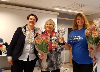 GLADE DAMER: Ordfører Marte Mjøs Persen, bronsevinner Grethe Storebø og Sølvvinner Anna Afifi.