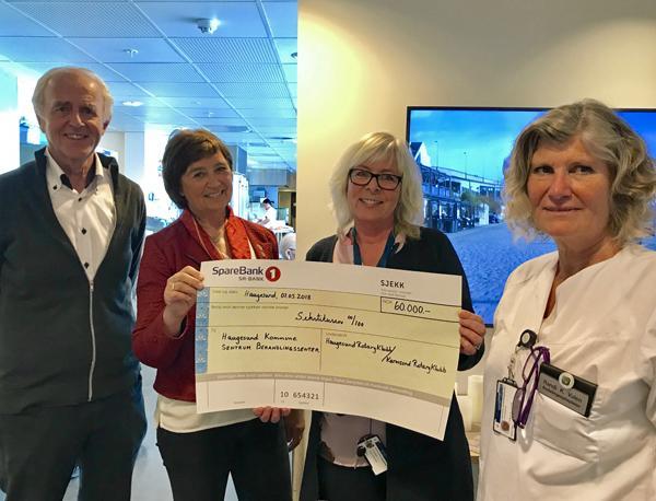 FANTASTISK GAVE: Haugesund og Karmsund Rotaryklubber har samlet inn 60.000 kroner til Sentrum behandlingssenter. (Foto: Wenche Johnsen, Haugesund kommune)