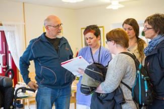 Gruppeleder Elin Totland forklarer hvordan Meland Sykehjem har satt opp timeplaner for trening.
