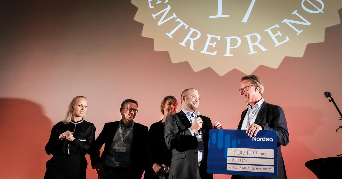 VINNER: Jon INgar Kjenes fra Motitech mottok prisen fra junyleder Johan H. Andresen. (FOTO: Kristian Harby)