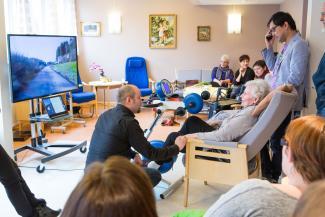 Eli Marie sykler på tur i Haugesund, selv om hun bor på sykehjem i Bergen. Med Motiview kan hun trene til videoer fra barndomstraktene.