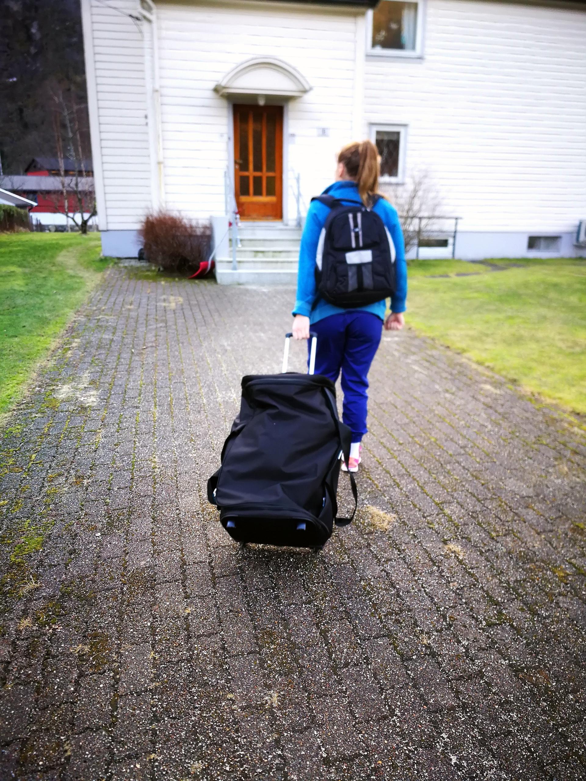 På vei til ny bruker med sykkel og PC i bagasjen (Foto: Masfjorden kommune)