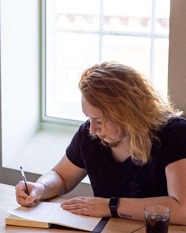 - Levenslang, ik schrijf je af! - Oke, dit klinkt misschien een tikkeltje als een dreigement, maar niks is minder waar. Achter de schermen ben ik bezig geweest om alles in werk te zetten. Nog één keer mij terugtrekken in een hutje op de hei. Nog één keer kapot gaan en alle emoties voorbij laten komen. ⠀⠀⠀⠀⠀⠀⠀⠀⠀ In de maand september ga ik fulltime schrijven. Afspraken gemaakt met mijn parttime baan bij de Zuivelhoeve, een plek om te schrijven (thanks to mom & dad) en de rust, de rust om te doen waar ik al een jaar mee bezig ben. Schrijven. ⠀⠀⠀⠀⠀⠀⠀⠀⠀ Ik heb het aan een vriendin te danken die met dit idee kwam. Nog een maand volle focus werkt fijner dan steeds een dag. Het komt door alle emoties die erbij komen kijken. Doordat ik niet weet wanneer ik het kan uitbrengen zit er geen druk op. De deadline staat erna wel. ⠀⠀⠀⠀⠀⠀⠀⠀⠀ Eind september is Levenslang af. ⠀⠀⠀⠀⠀⠀⠀⠀⠀ En mocht je tips hebben voor momenten van ontspanning en alles los laten. Ik hoor ze graag van je!
