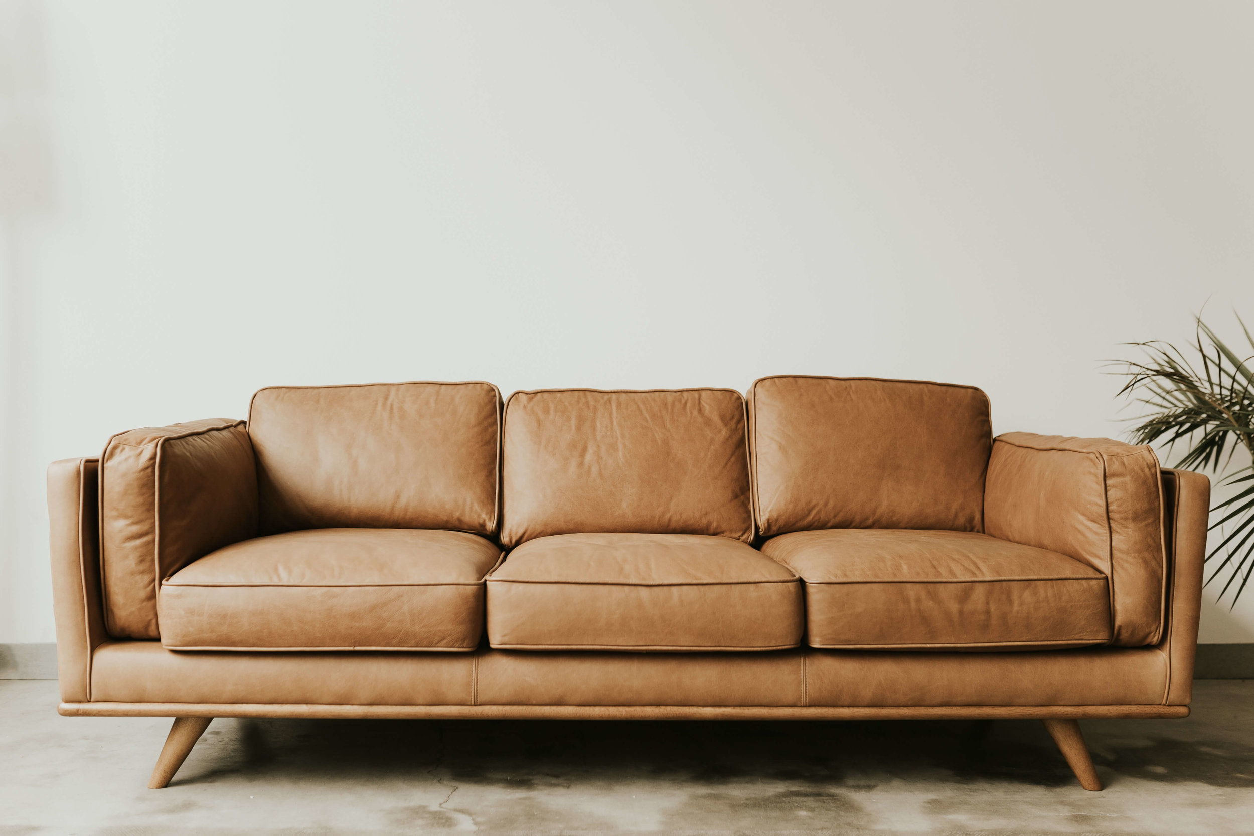 El relleno del sofá en fibras sintéticas (poliuretano) puede estar tratado con Retardantes de llamas (PBDE)