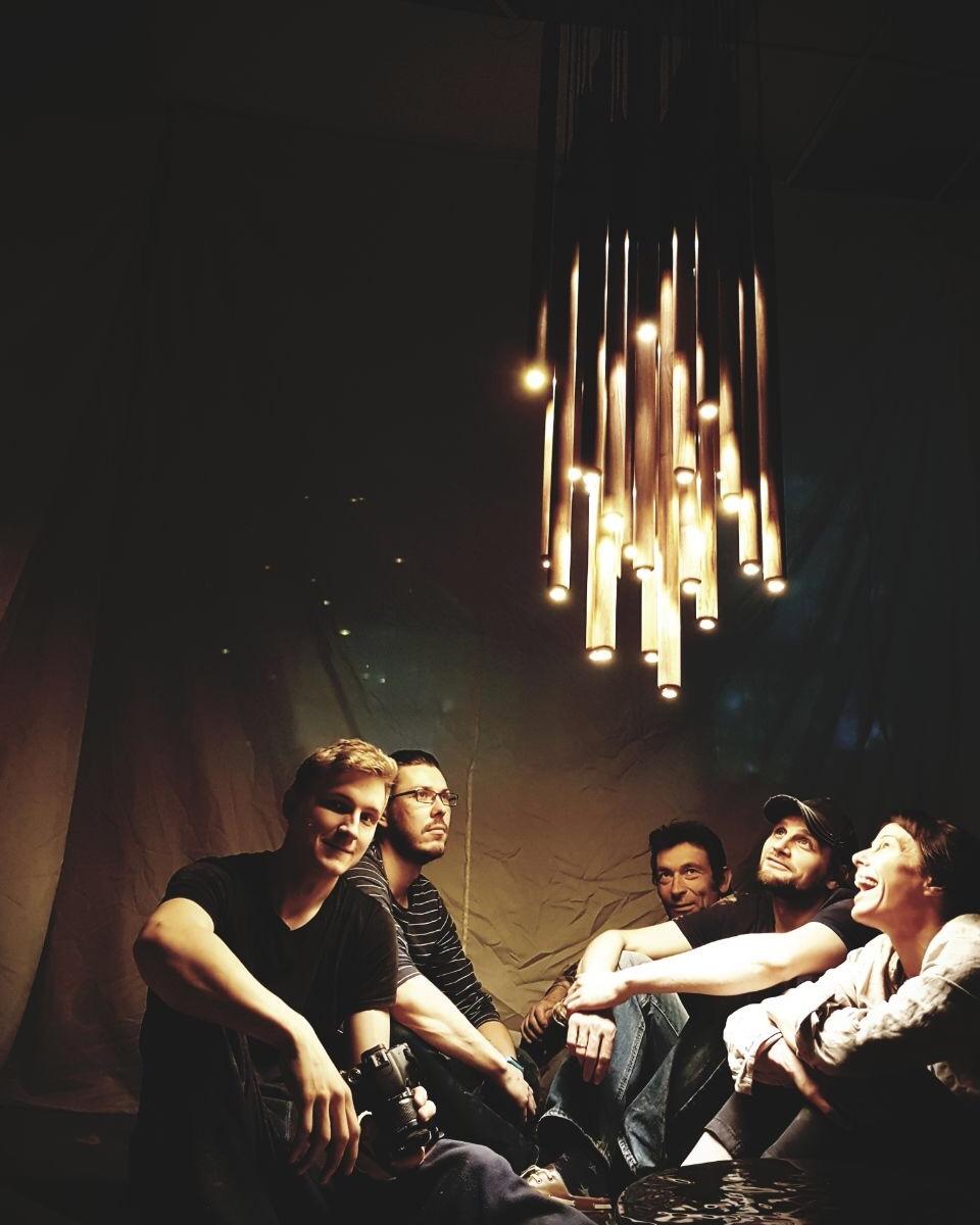Skaparen och hantverkarna bakom Chimes of Light.