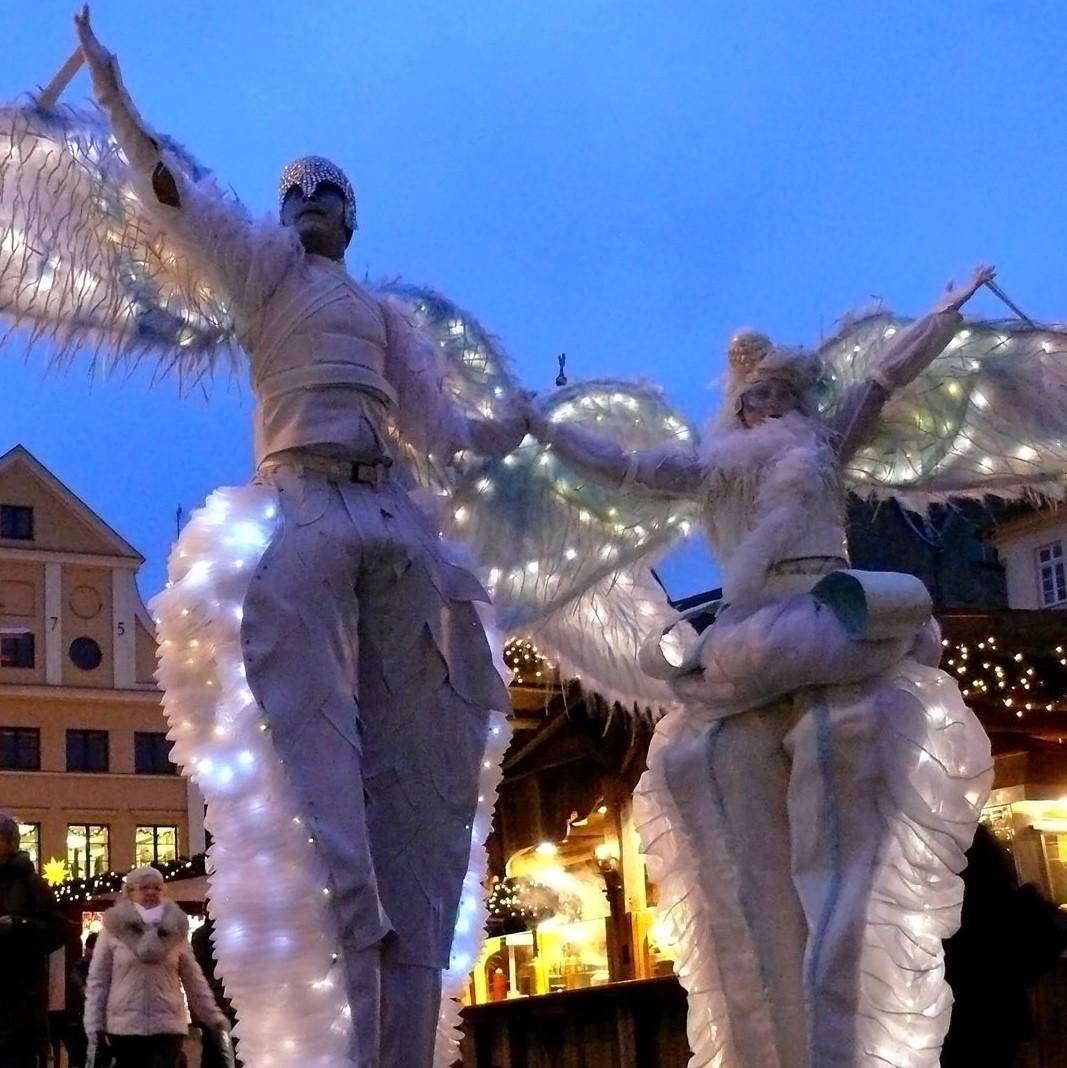 DÉFILÉ DES GRANDS ÉCHASSIERS - DATES :Vendredi 7 décembre le soirSamedi 8 décembre le soirLIEU :Dans tout le Marché de NoëlLes échassiers de Dulce Compania sont de fantastiques créatures qui défileront dans le Marché de Noël vêtues d'incroyables costumes lumineux.