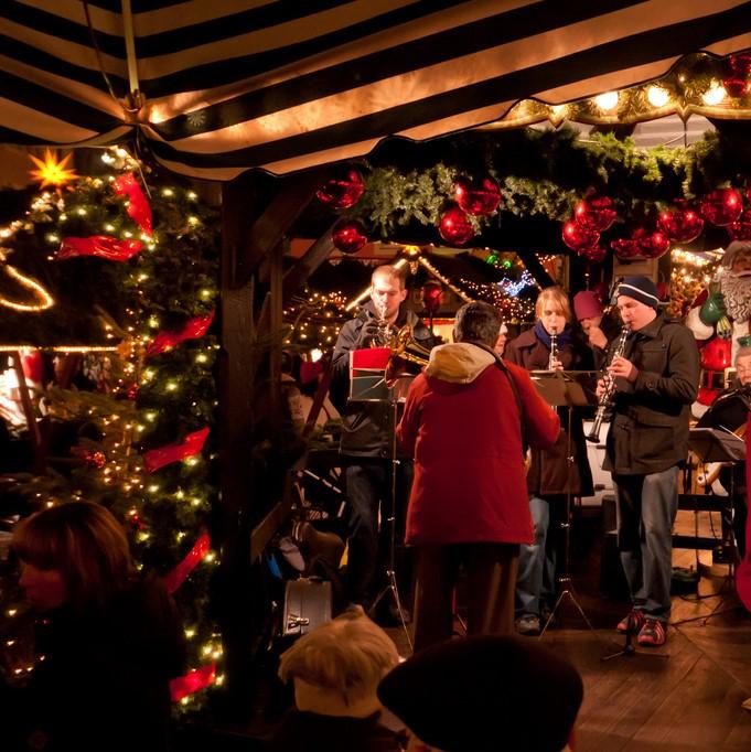 JAZZ MANOUCHE - DATES : Dimanche 9 décembre entre 14h et 17hSamedi 15 décembre entre 18h et 21hLIEU : Sur la plate-forme du village des exposantsLa musique de Noël prend ses airs de Jazz manouche grâce à ces trois musiciens genevois qui donneront un tout autre ton à votre apéro au vin chaud.