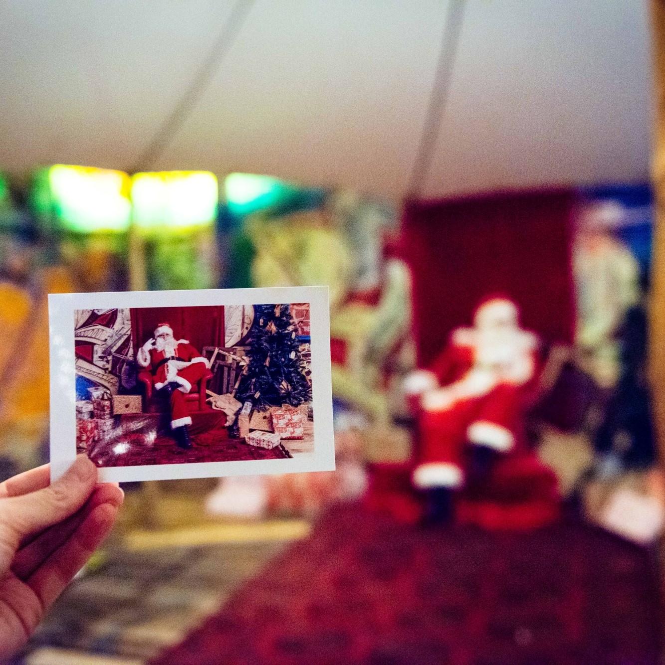 RENCONTRE AVECLE PÈRE NOËL - DATES :Samedi 15 décembre de 13h15 à 14h45Dimanche 23 décembre de 15h00 à 16h30LIEU : Yourte des enfantsNous avons l'immense honneur d'accueillir Monsieur le Père Noël en personne! Ne ratez pas l'occasion de venir le rencontrer avec vos enfants lors de sa promenade au sein du Marché et de sa visite dans la Yourte des enfants.