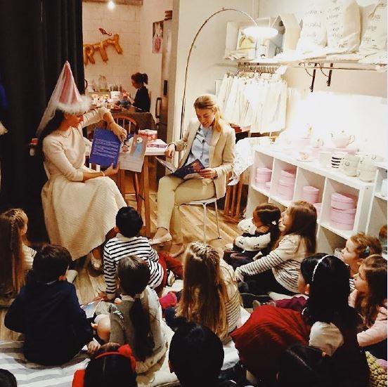 """MRS. POTTER AND THE SNOW - DATE :Dimanche 23 décembre entre 13h et 14h30LIEU :Yourte des enfants 1PRIX:Gratuit bien sûrNe vous êtes vous jamais demandé d'où vient la neige?Alors venez écouter l'histoire enchantée de """"Mrs. Potter and the Snow"""" lue en anglais par Fariza Ahmadova.Pour les grands et les petits dès 3 ans."""