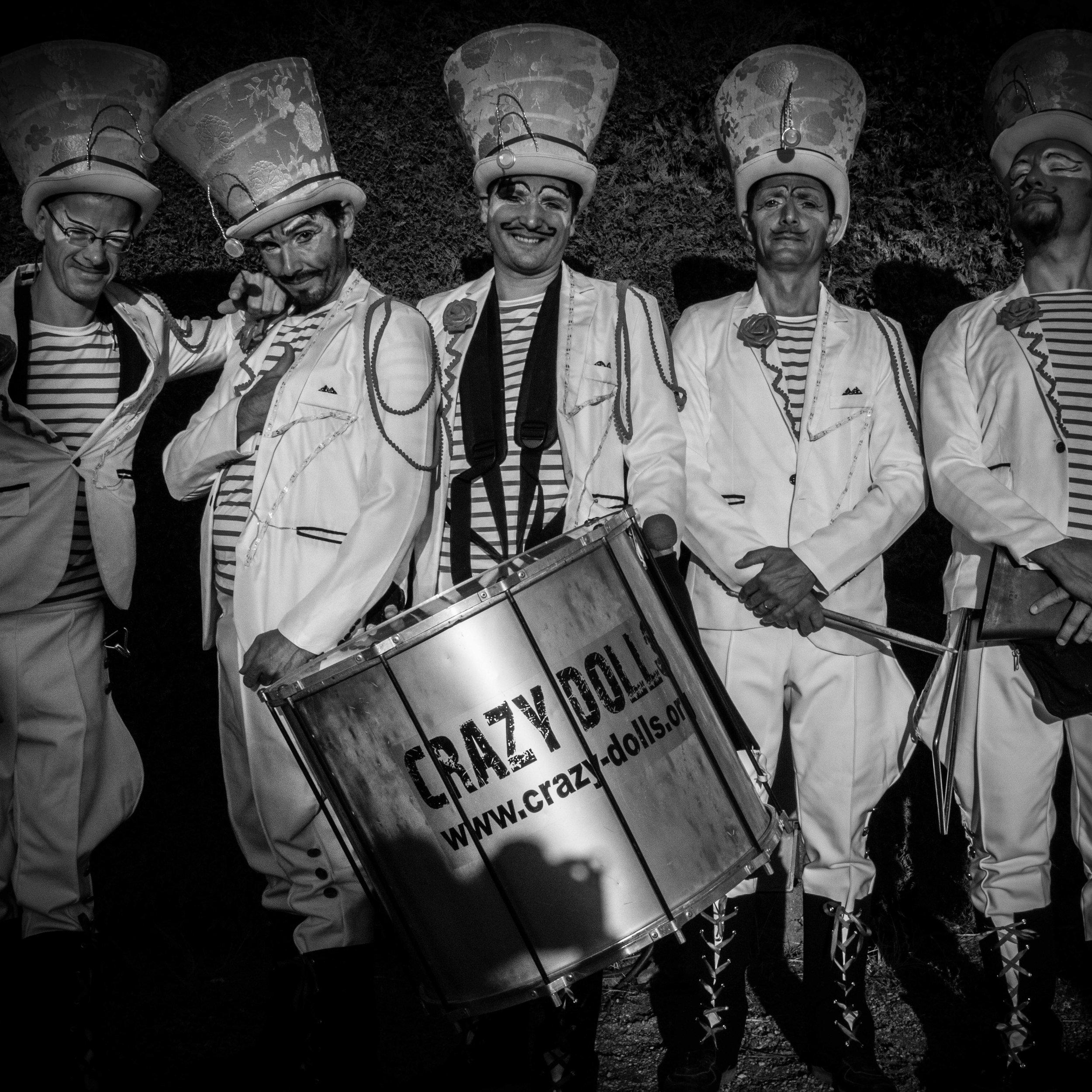 LES ELEGANTS - DATE : Jeudi 20 décembre à 18h et 19h45LIEU : Dans tout le Marché de NoëlCes cavaliers et dames chapeautés semblent sortis d'un livre de contes. C'est avec grâce qu'ils dévoilent leurs talents de musiciens agiles et de danseuses légères.Sourires charmeurs, gestes gracieux, musiques délicates et puissantes tissent autour d'eux un univers féerique.