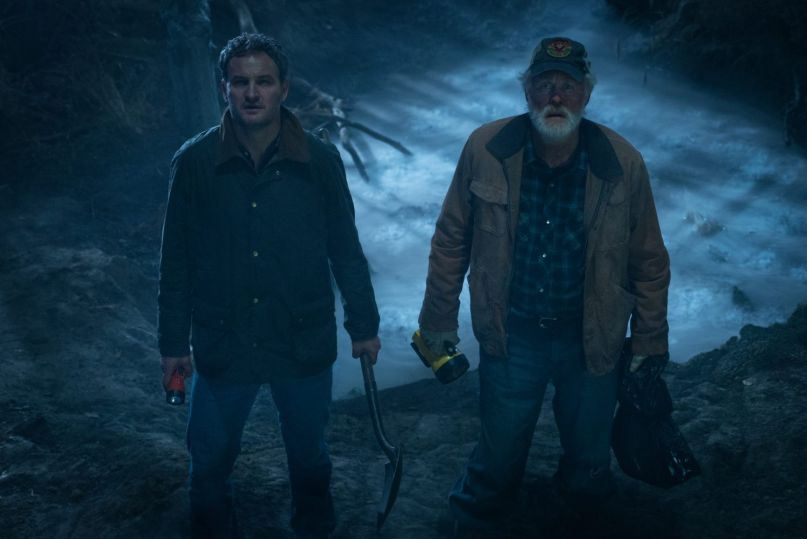 Louis Creed (Jason Clarke) and Jud Crandle (John Lithgow) trying to bury the master films for the new Pet Semetary before it's release.