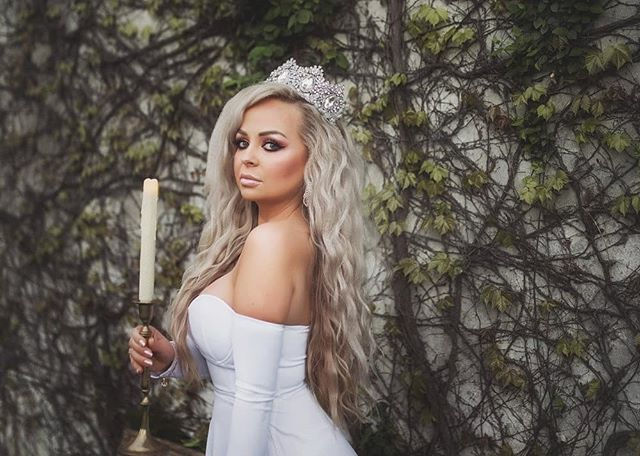 Bend the knee 👑 @hairdoctorelena . Location: @oakholmfarm  Florals: @thesagebouquet  Dragon, I mean unicorn: @welshcreekfarm . #targaryen #unicornminisessions #unicornsarereal #fairytalestyledshoot #fairytalefashion #bendtheknee