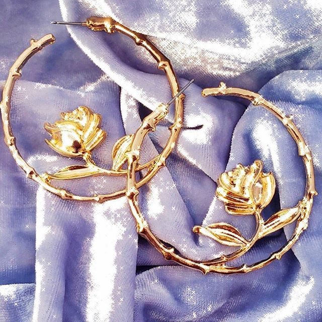 Every rose has its thorns 🌹🥀🌹@shopmivida 's golden hoops are meant to evoke B A L A N C E. • • • • #clrflconversations #summerstyle #hoops #hoopearrings #supportlatinabusiness #supportwomenownedbusinesses #womenbrand #womenentrepreneurs #womenempowerment #summerfashion #rosejewelry