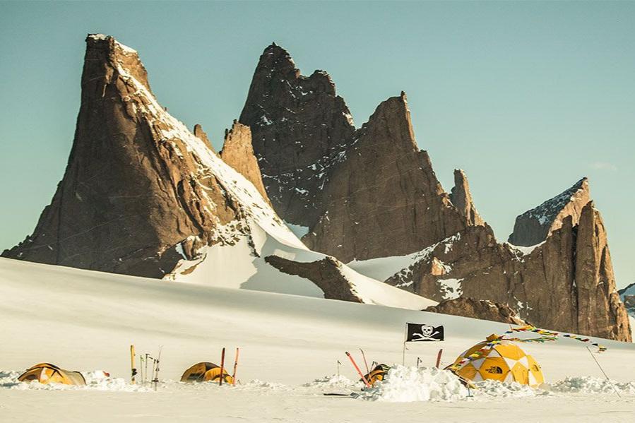 """Queen Maud Land - Cedar Wright - 20 minUma equipa de alpinistas parte para a Antartida com o objectivo de explorar o maciço """"Wolf's Jaw""""."""