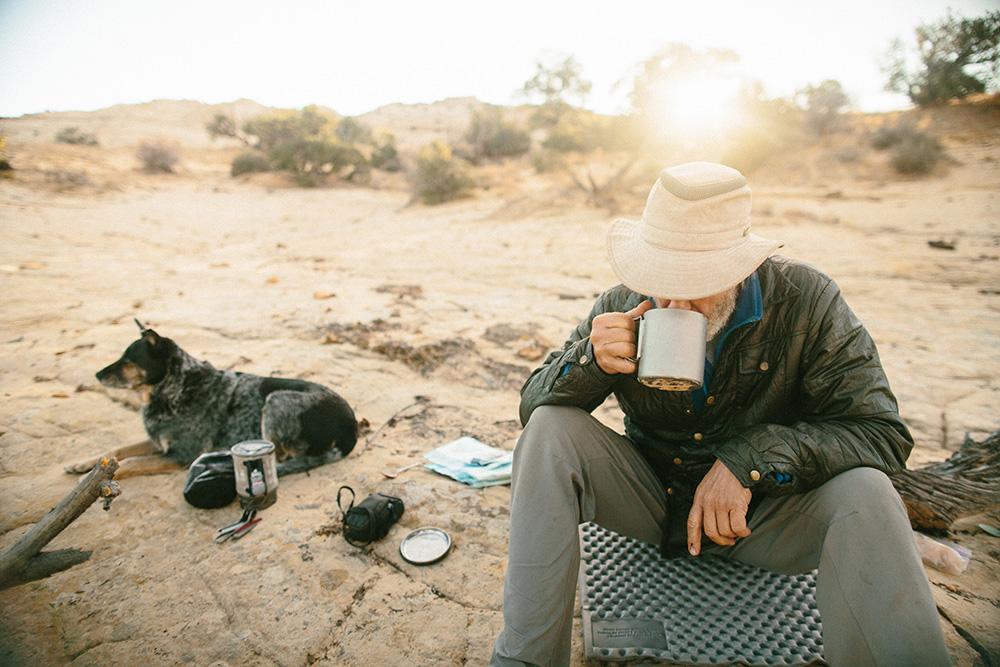 Ace and the Desert Dog - Brendan Leonard - 9 minPara celebrar o seu 60º aniversário Ace decidiu embarcar numa viagem de 60 dias a pé. Ghengis não o podia abandonar e juntou-se à aventura.