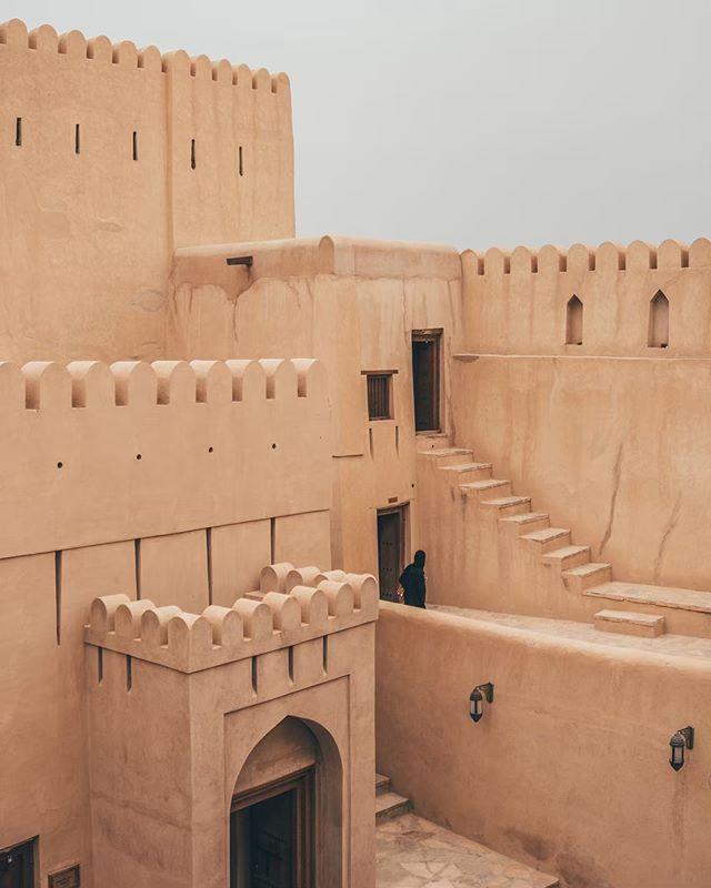 (EN below) • Ik ben een gróót architectuurliefhebber - al vanaf kleins af aan kijk ik met plezier naar prachtige pandjes; verder heb ik er 0,0 verstand van - en Oman was dan ook de perfecte bestemming. Overal waar je komt kun je de mooiste plaatjes schieten. Huizen lijken op paleizen, paleizen op sprookjes en dit fort is een waar kunstwerkje. Ga je naar Oman toe? Sla dit fort in Nizwa, waar je tevens een geitenmarkt bezoekt, niet over. Check trouwens ff de link in bio voor meer Oman inspiratie, zoals de ideale reisroute en praktische info.🌟 Wanneer ga jij naar deze sprookjeswereld?  Ever since I was a little girl, architecture makes me so happy - probably the reason why I love Amsterdam a lot - so Oman was the perfect destination to visit. It's definitely one of the most photogenic countries I've ever experienced. Houses are like palaces, palaces are like fairytales and this fort is just an incredible piece of art. During a roundtrip Oman you can't miss this place, called Nizwa fort, where you visit a goat market as well. When are you going to visit this fairytale destination? 🌟