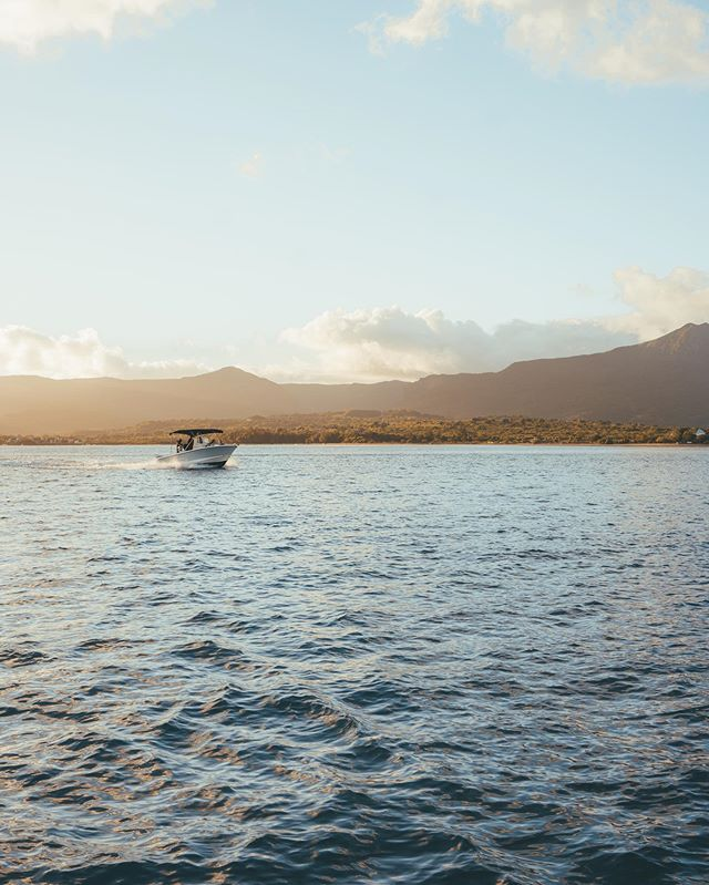 Bootje varen in Mauritius tijdens zonsopgang. Een grote aanrader! Met een beetje geluk zwemmen dolfijnen en walvissen om je heen, of je chillt gewoon lekker in de zon. Oh en heb je mijn Mauritius stories gemist? No problem, check gewoon even de highlight op mijn profiel!  Sailing during sunrise in Mauritius. How gorgeous is this? If you're lucky, dolphins and whales are swimming next to the boat. Highly recommended! 🥳 #yesmauritius